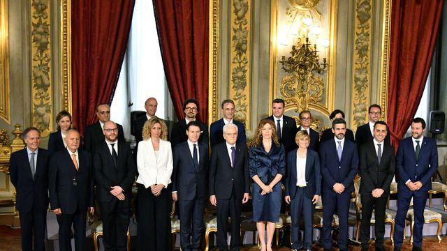 le-nouveau-gouvernement-italien-et-le-premier-ministre-giuseppe-conte-avec-le-president-sergio-mattarella-le-1er-juin-2018-a-rome_6067058